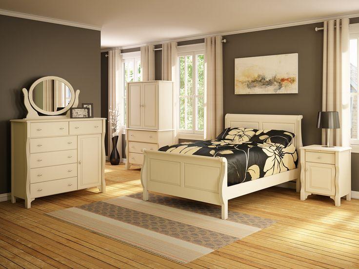 Chambre à coucher chaleureuse, meubles blancs et plancher de bois. Warm bedroom with white furniture and wood floor.