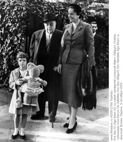 Aga Khan III (Aga Khan III) with his fourth wife Yvette Labrousse (Yvette Labrousse) or Begum Aga Khan Om Habibeh (Begum Om Habibeh Aga Khan) and granddaughter Yasmine, Paris, 5 October 1955.