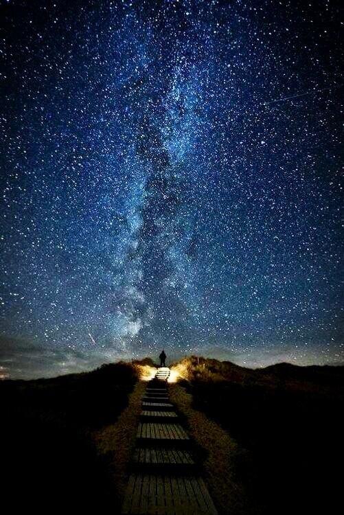 Twitter / ImagenesNatGeo: Sendero en el Cielo, un lugar en Irlanda, donde cada dos años,en Junio, del 10 a l18, se forma esta linea de estrellas.