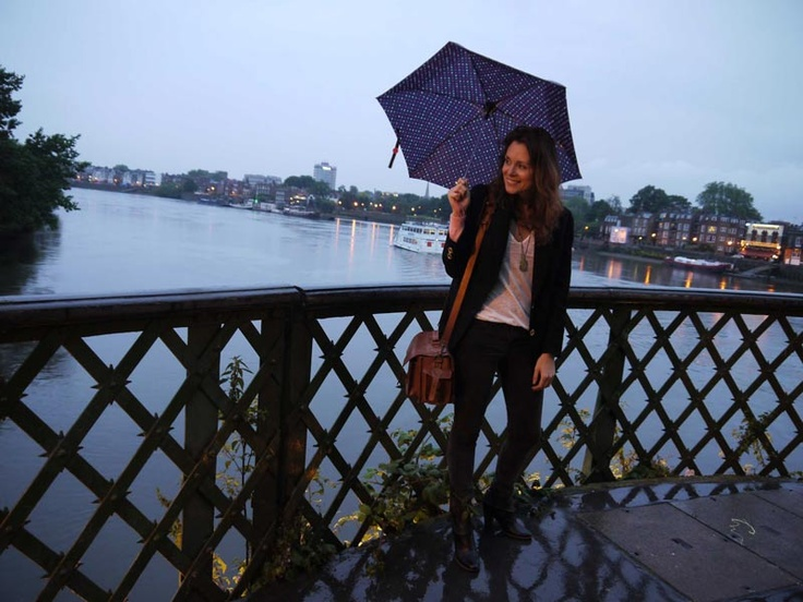 Rainy day in London with tan leather camera bag