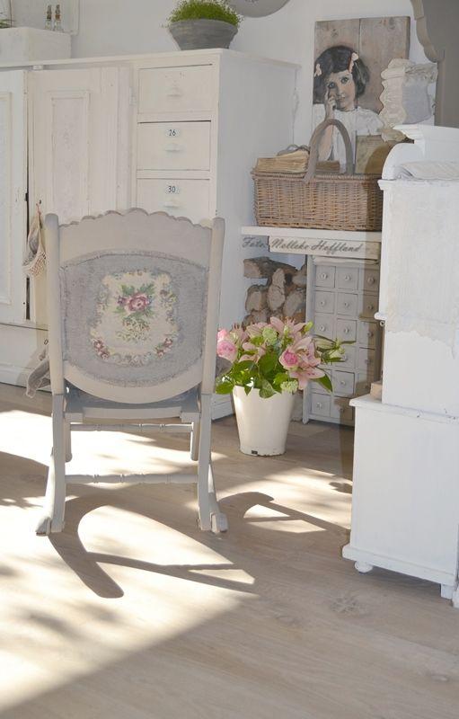 **Rozen in een email emmer en een mooi rozen-borduurstukje (gekregen)  op   het stoeltje gemaakt**
