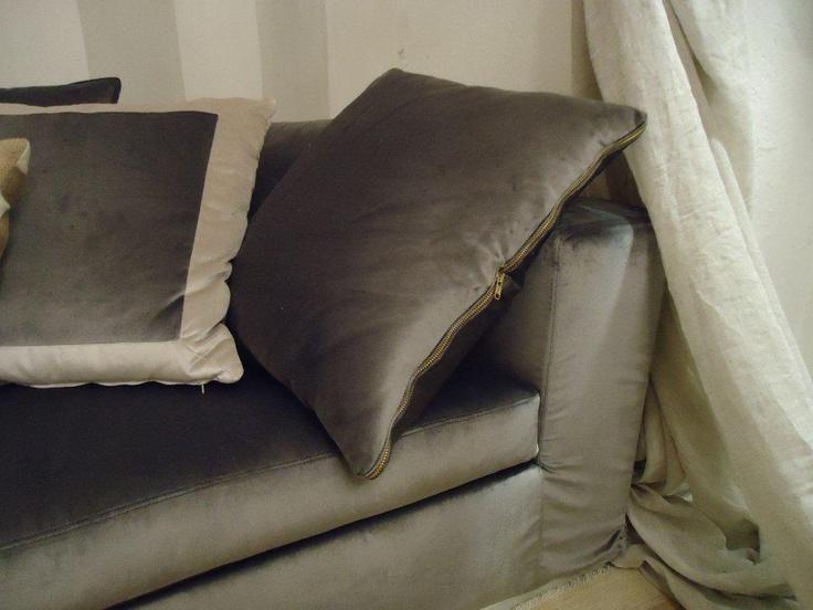 Velvet sofa with golden zip: detail