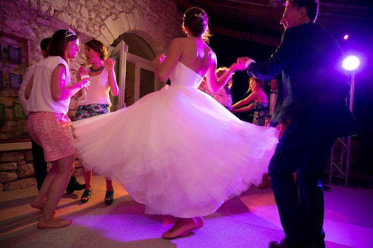 Soirée de mariage en Provence. Robe de mariée Rosa Clara tutu modèle Epico. Robe en tulle. Ballerine rose. Domaine de Sarson à Grignan. Drôme. wedding, dance bride