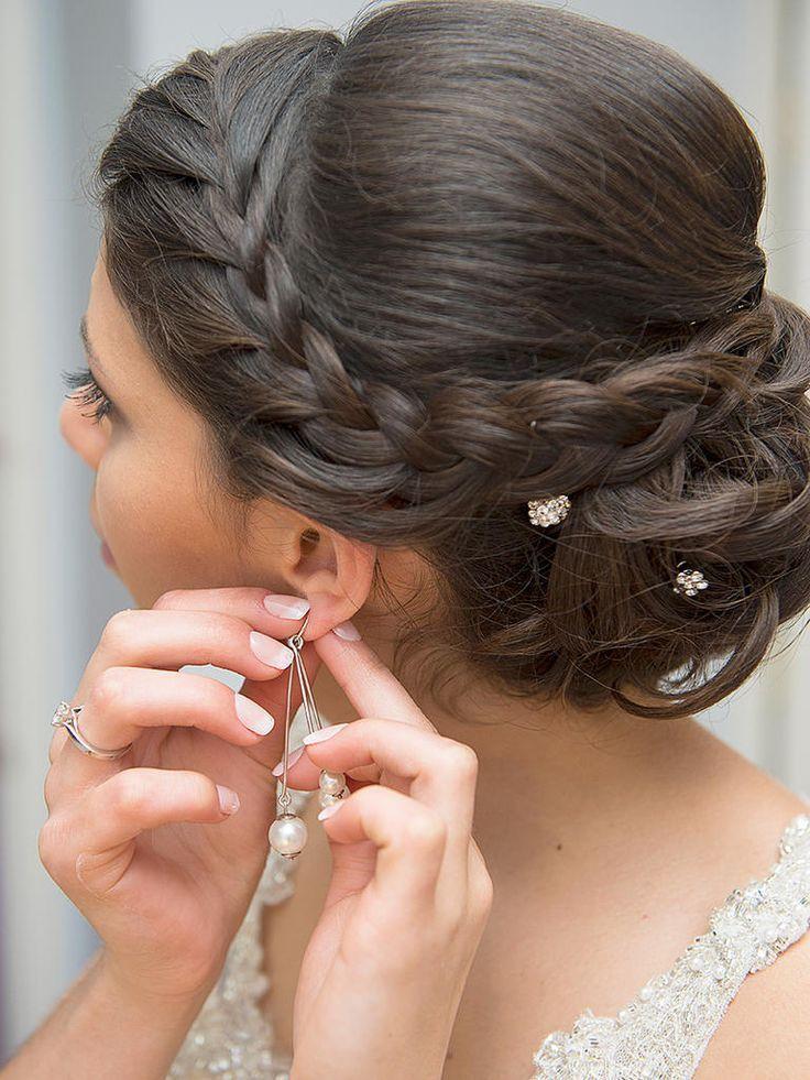 Entscheiden Sie sich für eine schöne und doch schlichte Hochzeitsfrisur wie diese seitengewellte französische Zopf- und unordentliche Brötchenfrisur.