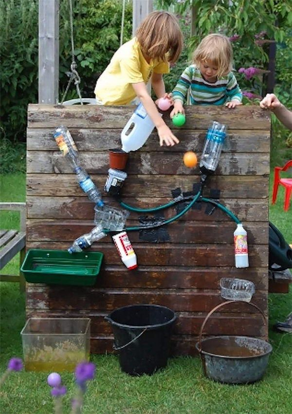 DIY Backyard Water Wall Game for Kids. Interesting things to do out there in your backyard. So simple and cheap to make, and you could play them with your kids or family anytime. http://hative.com/creative-and-fun-backyard-ideas/