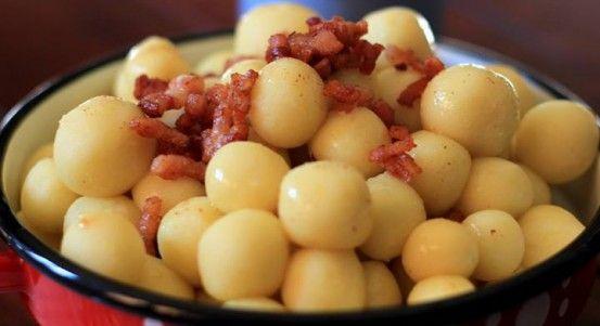 Džatky 1 kg zemiakov,  250 g hrubej múky,  soľ,  slaninka,  bryndza,  pažítka Očistené zemiaky pokrájame, zalejeme vodou, osolíme a dáme variť. Medzitým nakrájame slaninku, opražíme. Keď sú zemiaky uvarené, pridáme preosiatu múku (ak je veľa vody, tak ju zlejeme), prikryjeme a necháme 10-15 postáť. Potom popučíme zemiaky a naolejovanými rukami tvarujeme  džatky (tvar ako šúľance), ktoré dávame do misy. Nakoniec na ne vylejeme škvarky zo slaninky, v miske potrasieme, dáme pažítku