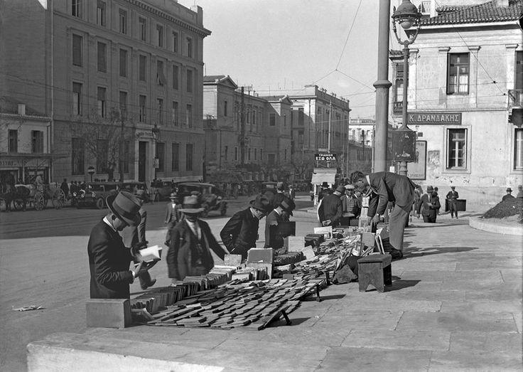 Περικλής Παπαχατζηδάκης, περίοδος Μεσοπολέμου, Αθήνα, υπαίθριος βιβλιοπώλης στην οδό Πανεπιστημίου μπροστά από την Εθνική Βιβλιοθήκη.