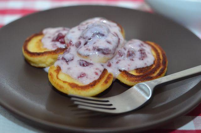 Нежные сырники с вишнёвым соусом | Сырники — это вкусный и полезный завтрак, и готовить их проще простого, полив перед подачей любимым соусом из ягод и сахарной пудры.