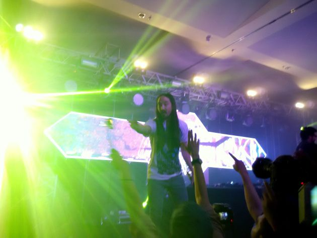 Begin playing underground music in a student apartment some ten years ago, the American DJ Steve Aoki has enjoyed international stardom since three years ago, following his debut solo album in 2012.