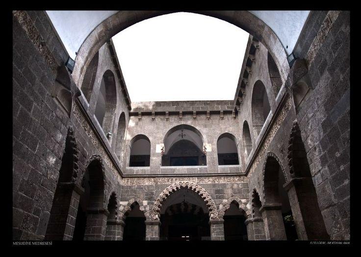 Artuklular Dönemi | Diyarbakır Valiliği Kültür Turizm Proje Birimi-İç kaledeki Artuklu Sarayının 1210- 1220 yılları arasında yapıldığı yapılan kazılar sonucu öğrenilmektedir. İçkale'de Cezaevi konumundaki binanın kapısındaki kitabe de Artuklu Meliki Salih Mahmud'a aittir. 1198-1199 yılında Mesudiye Medresesi ve 1198 yılında Zinciriye Medresesi eklenmiştir.