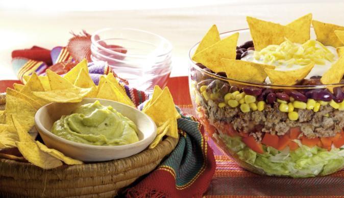 Einen bunten Taco Salat mit Bohnen, Mais und Hackfleisch schnell und einfach zubereiten mit dem Rezept aus dem MAGGI Kochstudio.