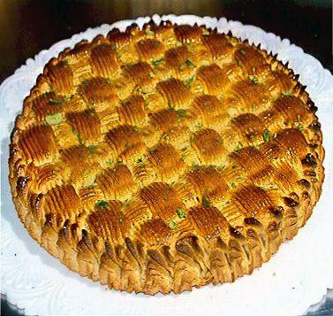 La ricetta della torta delizia alle mandorle, torta tipica della pasticceria siciliana a base di pan di Spagna coperto di un intreccio di pasta di mandorle.