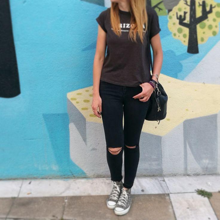 🔎 Zoom del look de hoy: 🎵 Camiseta cropped #mango 🎵 Ripped jeans #Stradivarius 🎵 Sneakers #converseallstars 🎵 Bolso saco #Lancel comprado en #vestiairecollective 🎵 Pulseras #urbanaffaire 🎵 Collar media luna #singularu ❤ Ropa y complementos de segunda mano en mi tienda online www.poramoralshopping.es ❤  #ropadesegundamano #lookrockero #converse #camisetasconfrase #bolsosdesegundamano  #ropabarataonline #tiendaonline #comprayvendeturopa #enviosen24hrs #ropasegundamanoespaña…