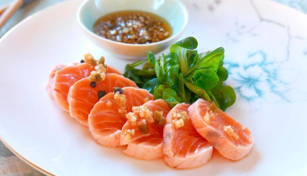 Tataki er et japansk ord for fisk som blir stekt eller kokt raskt på sterk varme, slik at innsiden fremdeles er rå.Sammen med en syrlig og sterk saus blir dette en opplevelse.