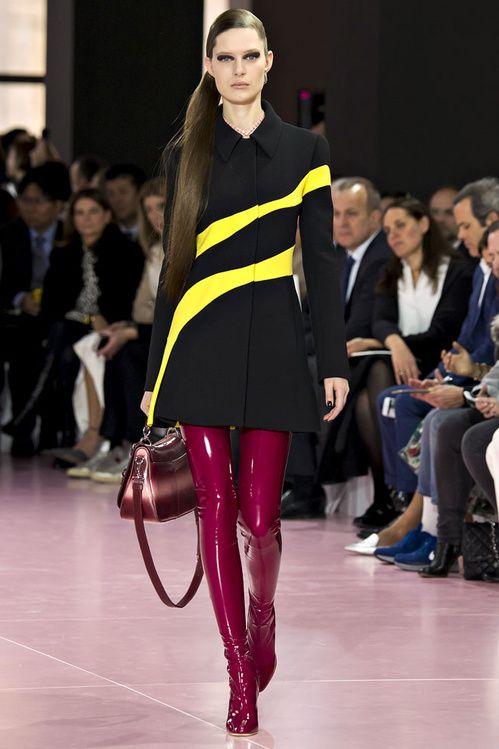 Le défilé Dior automne-hiver 2015-2016, cuissardes rouges, pull fluo