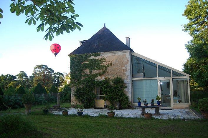 Le Pavillon de #France et la #montgolfiere au #chateau de Chambiers en  #anjou !! #SejourInsolite http://www.chateauchambiers.com/home/localisation-itineraires-maison-hotes-durtal-angers/