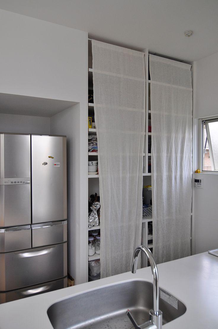 「キッチンの収納も扉はナシです。でもちょっと目隠ししたかったので、後から布を下げました」