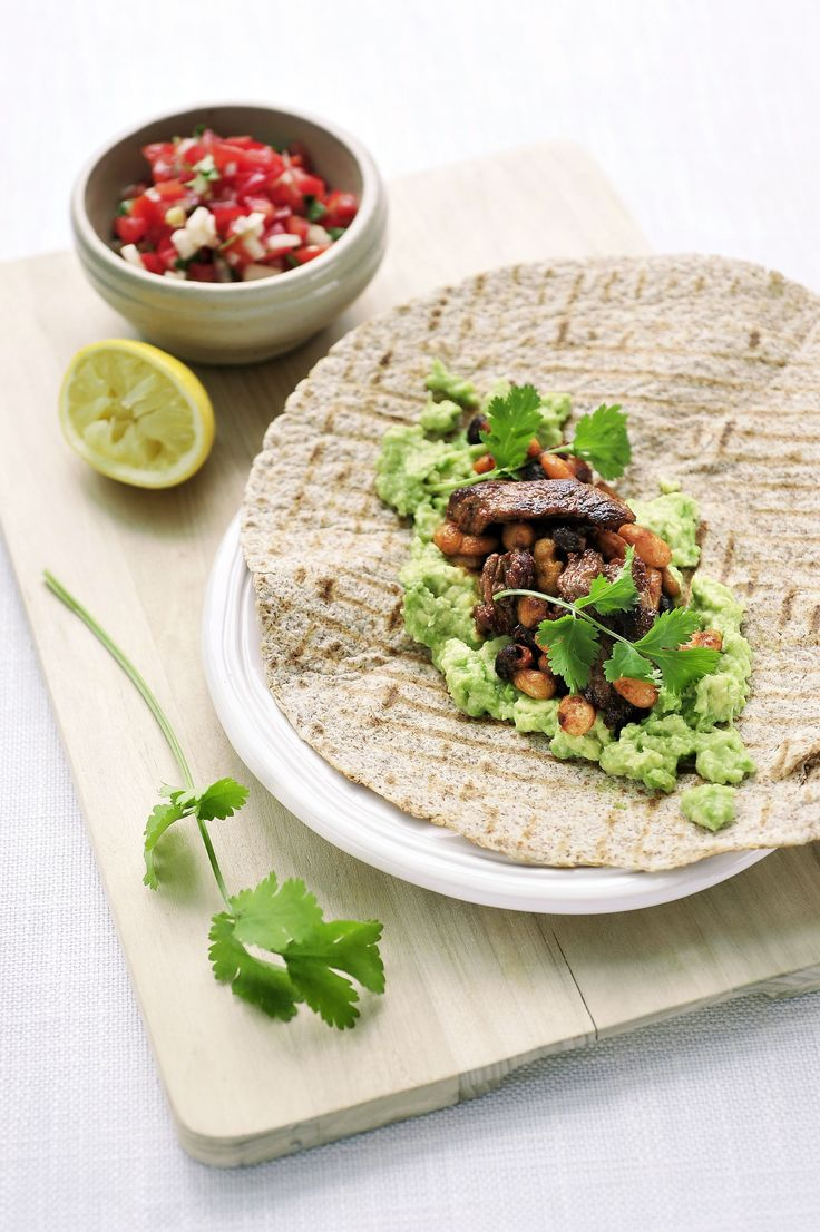 """Een overheerlijke tortilla met """"onglet"""", drie bonen-salade, avocado en tomatensalsa, die maak je met dit recept. Smakelijk!"""
