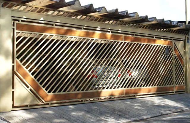 Portão Tubular Madeira EP-213 com preenchimento de metalon de aço carbono 100% galvanizado em diversos perfis. Pode conter detalhes em tubos de aço, chapa ou madeira.