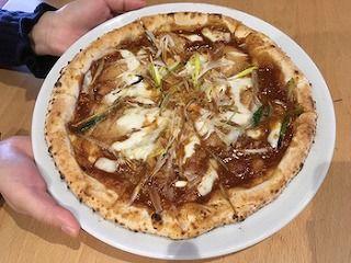 名古屋コーチンと八丁味噌のピザ