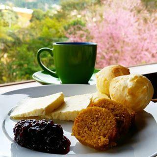 E adivinha quem mais gosta de laticínios? Além de uma xícara cheirosa do melhor café, os mineiros dão bom dia com quitutes como broa de milho e belos pães de queijo.   O café da manhã em outros lugares do Brasil pode ser bem diferente do seu