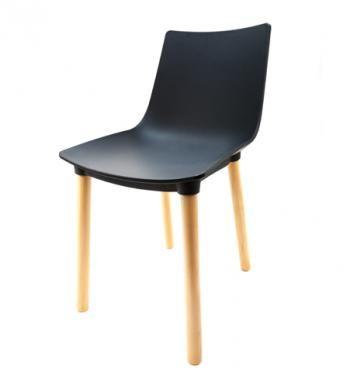 Elegantní plastová židle v černé barvě na dřevěných nohách.   Pokud toužíte po nadčasovém interiéru, jsou pro Vás plastové křesílka to pravé. Velmi oblíbený design 50. let příjemně oživí Váš domov a navíc už nebudete chtít sedět na ničem jiném.  Tyto křesíkla můžete kombinovat s ostatními židlemi v různých barvách. Jsou vhodné jak k jídelnímu stolu tak například ke čtení nebo do chodby, kde je bude každý obdivovat.