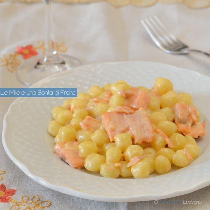 Voglia di un piatto semplice ma ricco di gusto? Vi propongo le chicche di patate al salmone