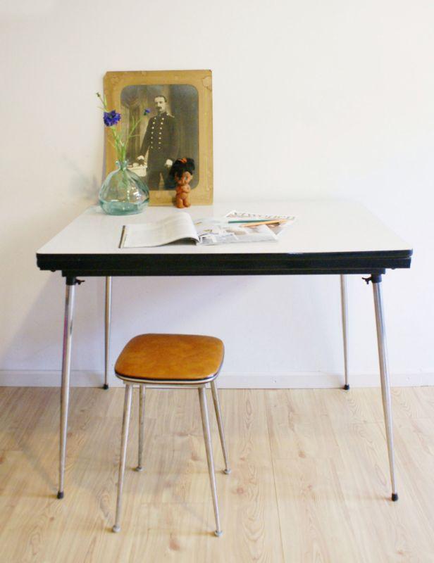 Kekke vintage formica tafel. Witte retro keukentafel, uitschuifbaar.
