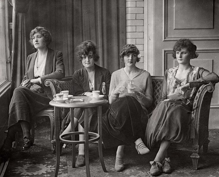 Four models from the Daily Mirror beauty contest having lunch at the Savoy Hotel, 1919. London.