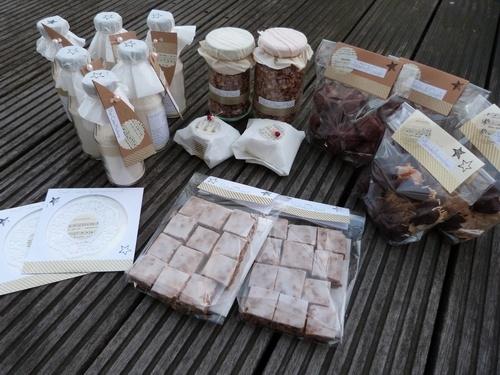 Pancake-Mischung, Nut-Choc-Müsli, Haselnuß-Gugls, Mandelhörnchen, Schoko-Nüssli und eine selbst zusammengestellt Weihnachts-CD