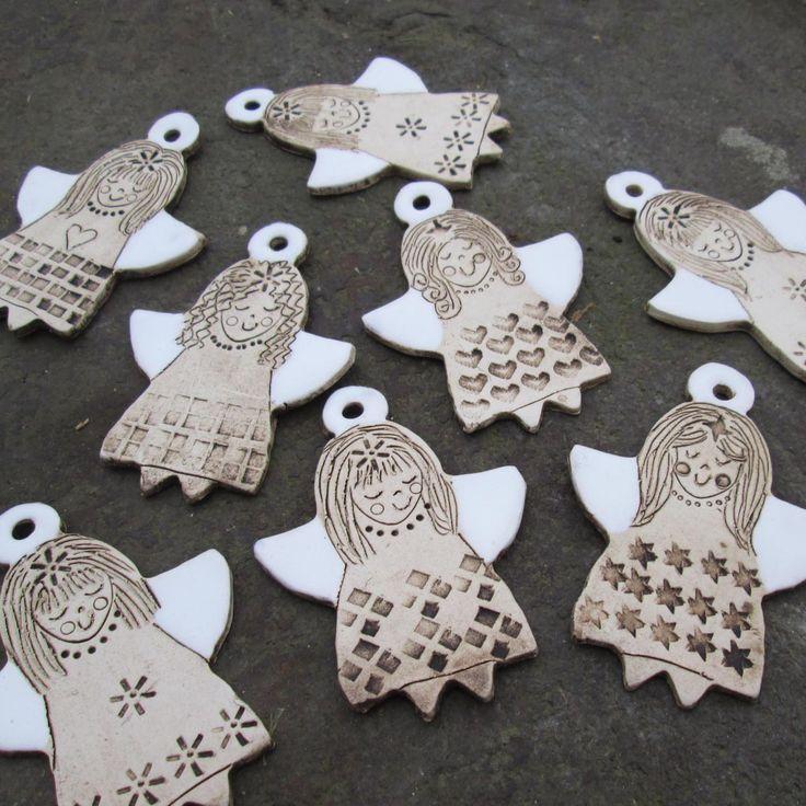 Keramičtí andělíčci - sada 5 ks Keramický andělíček ze světlé hlíny zdobený rytím. Patinován burelem a místy bíle glazováno. Směs motivů. Výška 8 cm. Dírka na zavěšení. Vhodné jako drobný dárek nebo vánoční ozdobička.