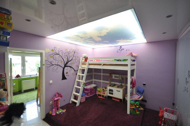 Kinderzimmer mit weißer Hochglanz Decke und Deckenfeld mit Wolkenmotiv #wolken#decke#renovieren#kinder#kids#umbau#