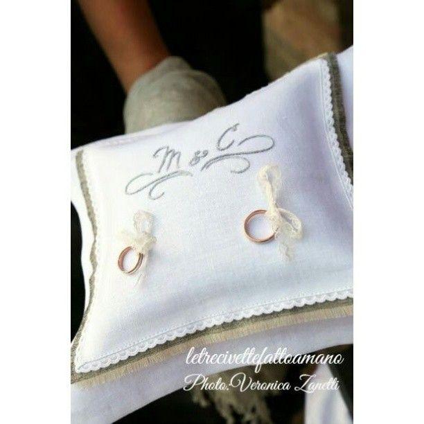Uno dei regali per gli sposi più richiesto ? è il cuscino personalizzato per le loro fedi ! #wedding #weddingday#events #ringpillow #cuscinofedi #embroidery #ricamo #fattoamano #letrecivettefattoamano