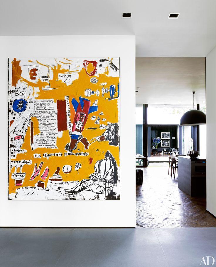 """Rodriguez deu orgulho MT 1984 pintura de Jean-Michel Basquiat de lugar na galeria de corredor da entrada.  """"Basquiat é um dos meus artistas favoritos de todos os tempos, mas eu nunca pensei que eu iria possuir uma de suas obras,"""" reflete o astro do beisebol.  """"A oportunidade veio em meu caminho, e foi duramente Eu pensei sobre isso por um tempo muito longo.  Eu finalmente comprei.  E eu amo isso.  Eu vivo com ele todos os dias.  Eu vejo.  Eu gosto disso."""""""