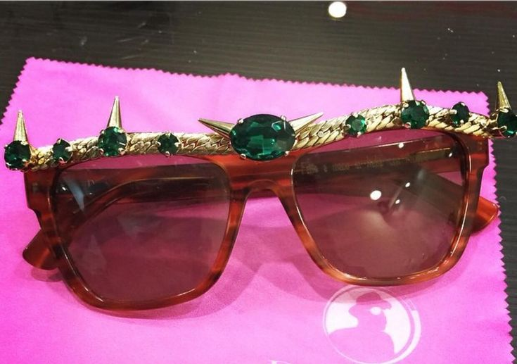 You'll Certainly feel like the dazzling Queen that you are in this unique handmade couture eyepiece.  The flat top vintage eyepiece is embellished with certified emerald green stones and woven gold details. Available now at Slay my shades��www.slaynetwork.co.uk  http://tipsrazzi.com/ipost/1523194388603549166/?code=BUjeTnolTXu