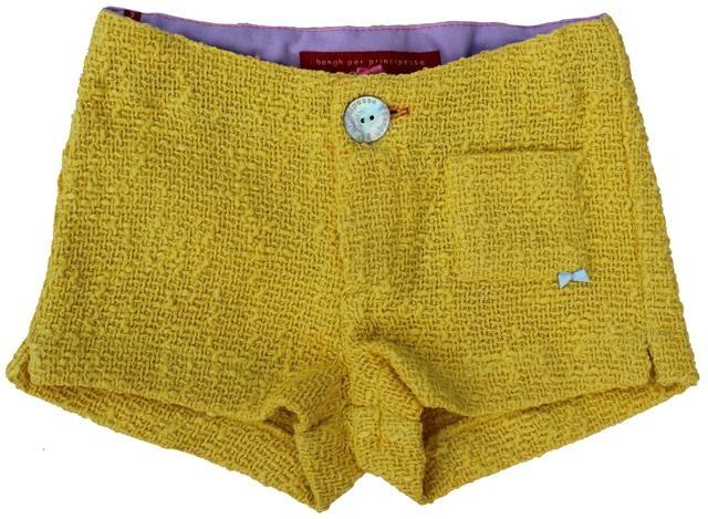 Bengh per Principesse - geel shortje - Zonnig geel shortje in een iets zwaardere maar stijlvolle stof. Verstelbare elastiek in de taille en klein opgestikt zakje met strikje vooraan. 100% katoen.