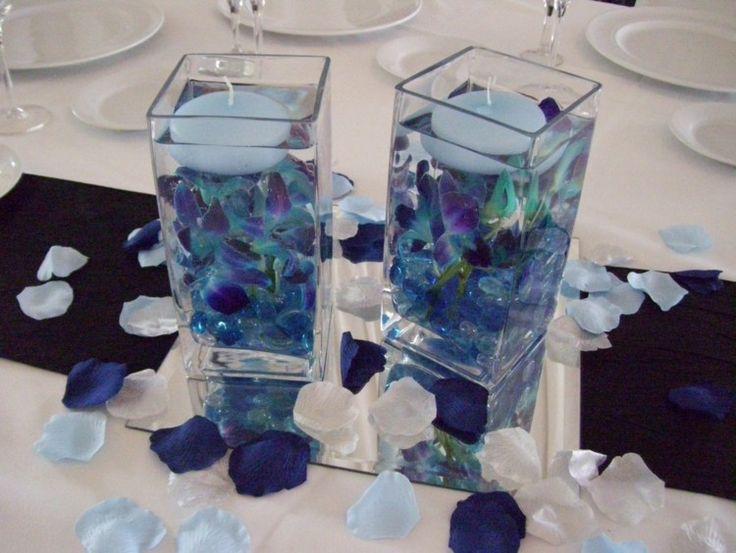 Deko mit schwimmenden Kerzen und blauen Orchideen Blüten