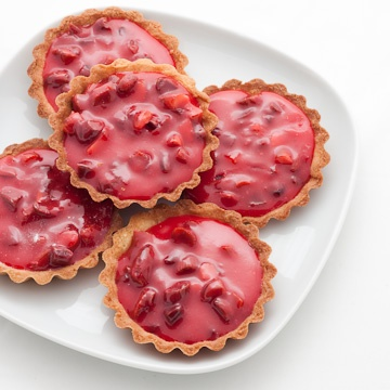Tartelettes aux pralines roses. (Pink praline tarts ?). Recipe (obviously) in french. Aren't these just gorgeous?