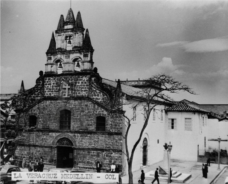 """""""Iglesia de la Veracruz, situada en el centro de la ciudad de Medellín, al costado occidental de la Plazuela del mismo nombre. Es uno de los templos más representativos de la ciudad. Construida a fines del siglo XVI y llamada inicialmente """"Ermita de la Veracruz de los Forasteros"""" fue declarada patrimonio cultural de la nación en marzo 12 de 1982. Se observa el frontis de la iglesia y la plazuela, donde estuvo el monumento a Atanasio Girardot.""""Foto: Gabriel Carvajal S.F."""