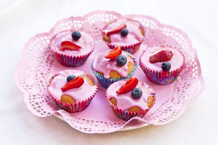 Helppoa, kaunista ja marjaisaa! Kesämarjamuffinit syntyvät kädenkäänteessä ja maistuvat mahtavalle. Nappaa #resepti: http://www.dansukker.fi/fi/resepteja/kesamarjamuffinit.aspx #mustikka #mansikka #vadelma #marja