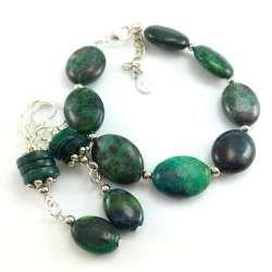 Komplet zielonej biżuterii z kamieni chryzokoli i jaspisu.