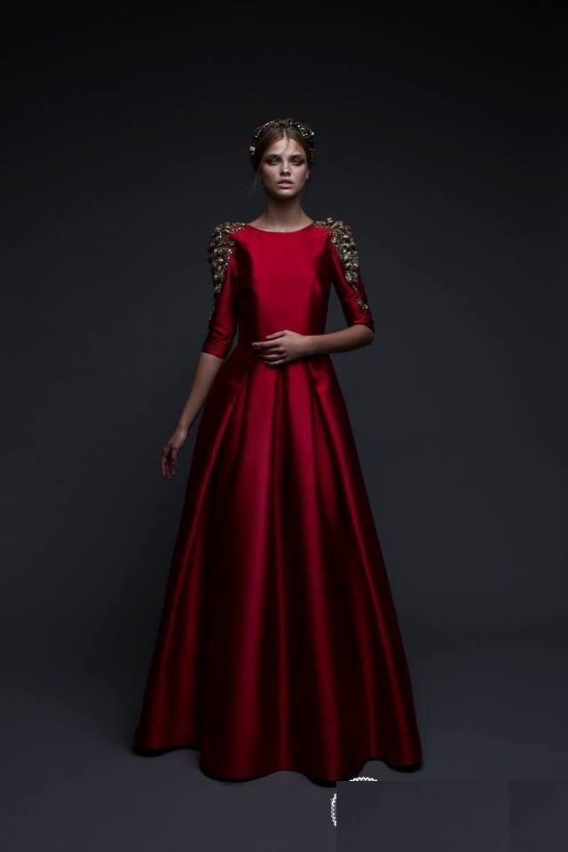 В преддверии одного из главных праздников года, каждая девушка задумывается о наряде. Листая страницы интернета, я наткнулась на достаточно сдержанные, но в то же время очень нарядные и красивые платья, созданные израильским дизайнером CHANA MARELUS. Конечно, нельзя не отметить, что на стиль ее одежды оказало влияние ее религиозных взглядов. Одежда достаточно асктична и скромна.