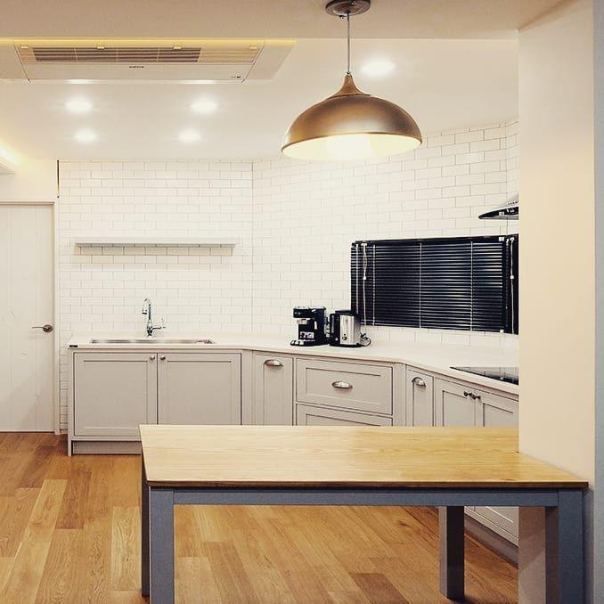 F라임트리 탐나는 부엌 라운드 형태의 일자 동선을 가진 주방디자인 화이트와 그레이 브라운의 조합으로 공간을 한결 부드럽게 감싸 않아준다 아파트인테리어 탐나는부엌 주방인테리어 부엌인테리어 전원주택 단독주택 주택 인테리어 부엌 인테리어 디자인