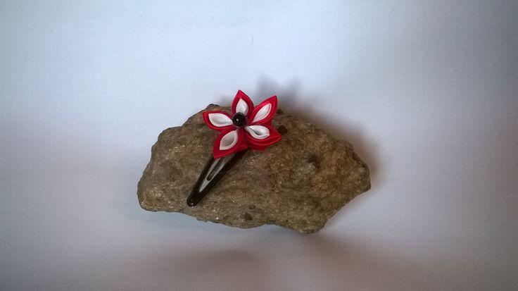 Červeno-bílá. Sponka do vlasů zdobenákvítkem kanzashi. Velikost květu 4 cm. V nabídce pouze jeden ks, můžete objednat více, každá však bude jedinečný originál, může se jemně lišit.