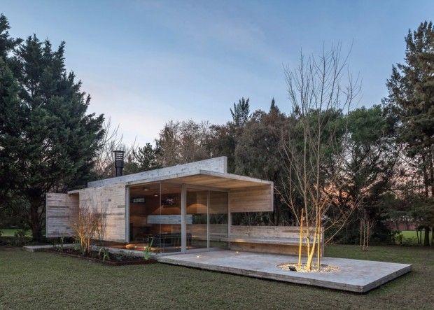 Le studio argentin Besonias Almeida (María Victoria Besonias & Guillermo de Almeida) a ajouté un pavillon de jardin à une maison à Buenos Aires précéde