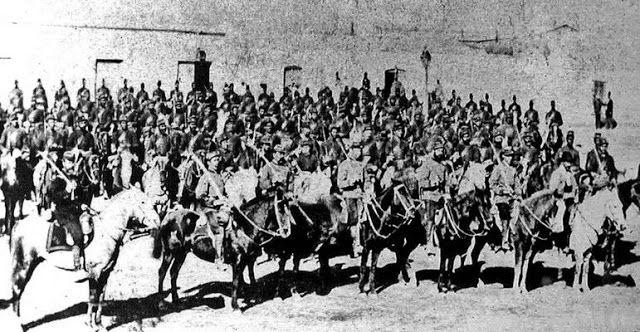 """Los """"Cazadores"""" del Alférez Araya se habían mantenido en silencio largo rato, ello desde que el día anunciara su llegada y el oficial había ordenado montar"""