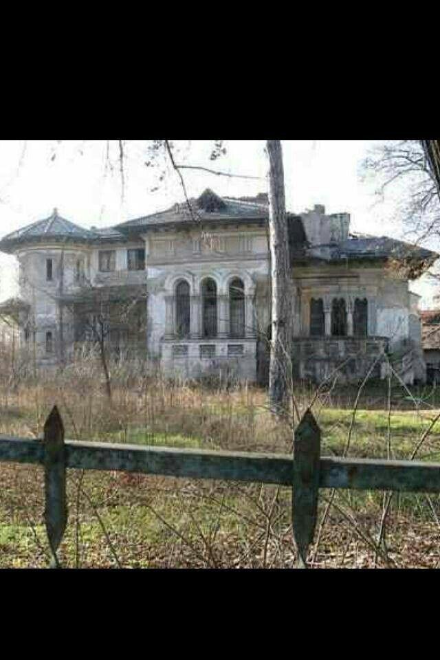 what a wonderful spot for a haunted house event - or murder mystery party!  Plus de découvertes sur Souterrain-Lyon.com