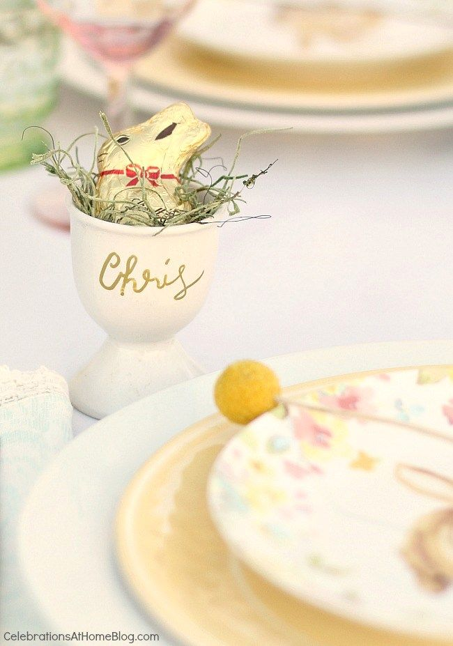 Welcome springtime with an Easter brunch complete with pastel tablescape and a tasty menu, right here. #easter #eastertablescape