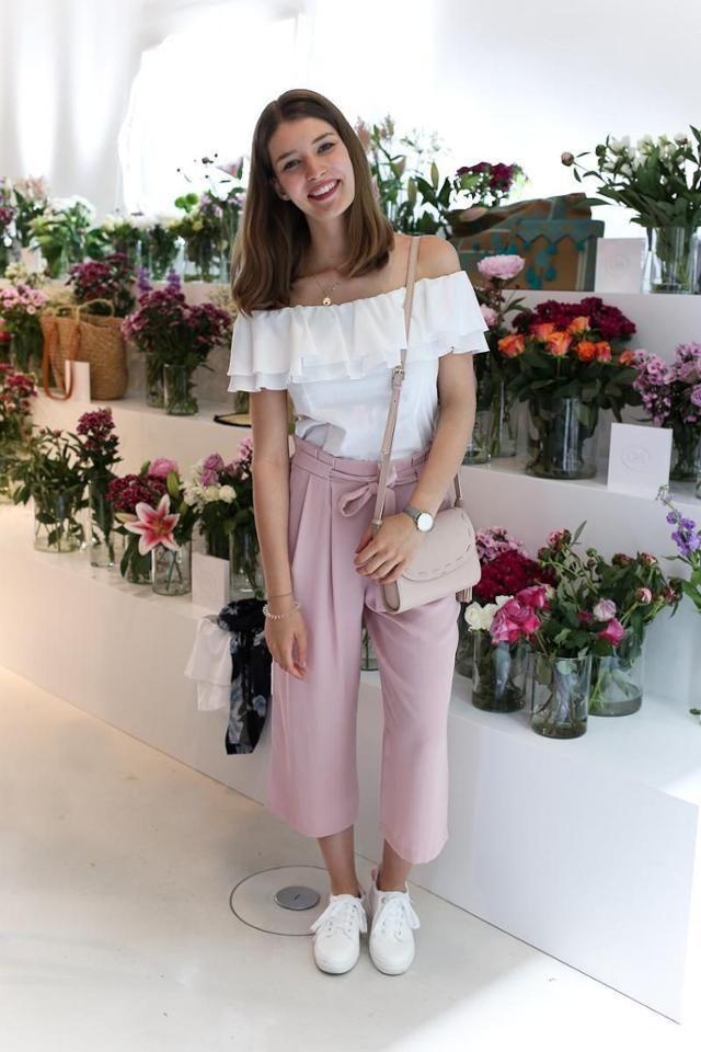 Off-Shoulder Top und Culottes in Rosa sind das perfekte Outfit für Frühling un…