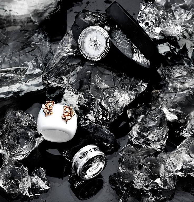 Roberto Giannotti: orologio angelo mini bianco, cinturino nero a doppio giro in silicone     Buccino Gioielli: anello in pasta ed argento     Artlinea: anello in argento   www.preziosamagazine.com/shooting/